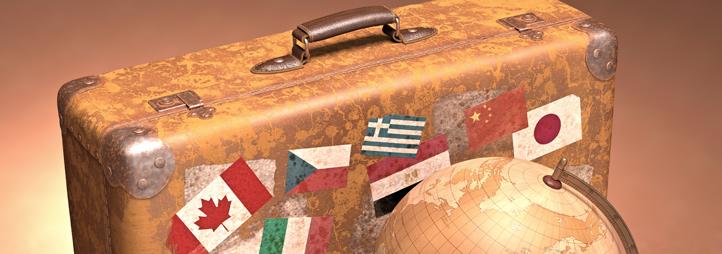 valise rétro recouverte d'autocollants avec globe