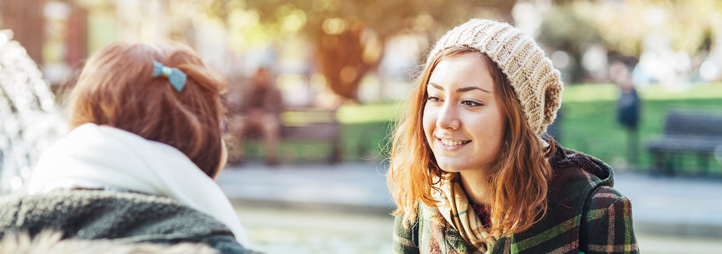 Deux femmes qui discutent dans un parc