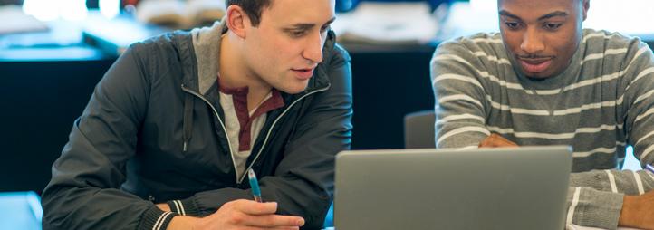 deux étudiants qui regardent un laptop