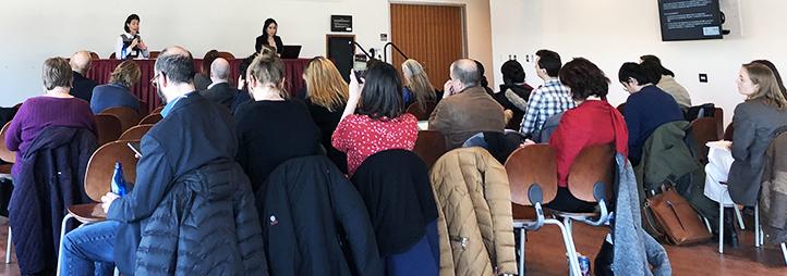 deux conférenciers devant une foule de participants à la première Conférence canadienne sur la recherche en politique culturelle