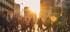 étudiants traversant une rue au soleil couchant