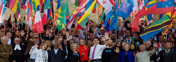 Groupe de jeunes adultes avec les drapeaux de plusieurs pays