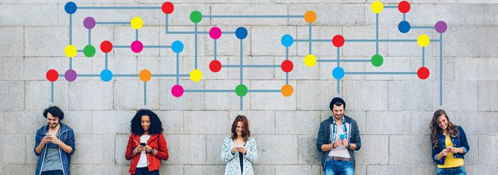 Groupe de jeunes divers sur leurs appareils électroniques, avec graphique coloré montrant leurs connexions