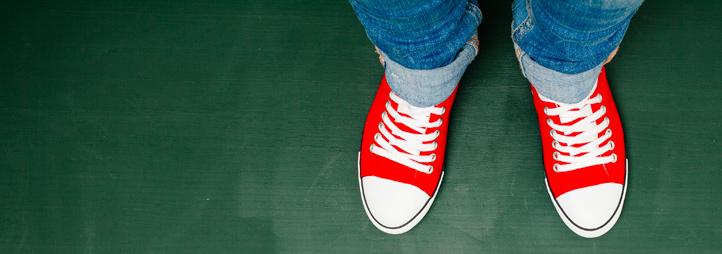 Paire de chaussures rouges sur un tableau vert