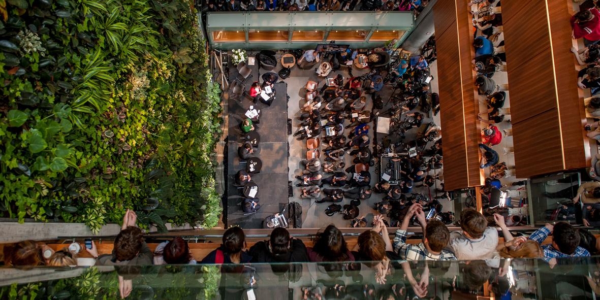 Vue d'en haut de gens dans l'atrium du Pavillon des Sciences sociales