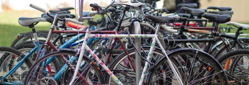 beaucoup de vélos enfermés à un porte-vélos