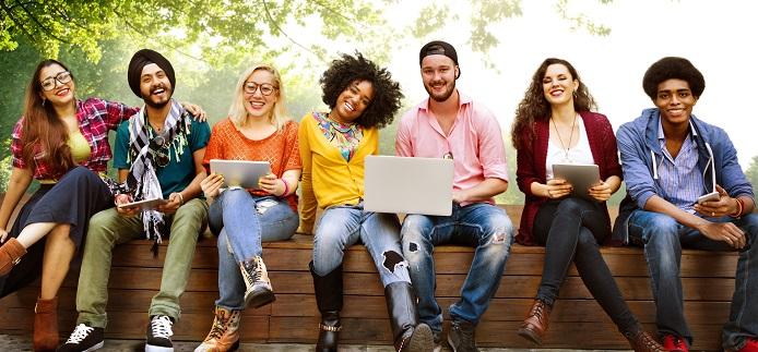 Groupe d'étudiants souriants sur un banc