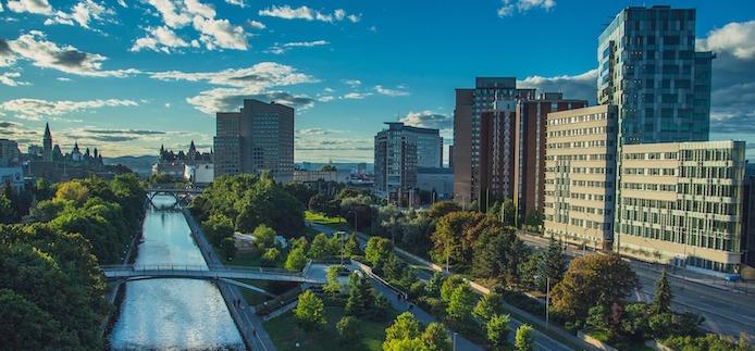 Vue aérienne du Parlement, du canal Rideau et du campus de l'Université d'Ottawa