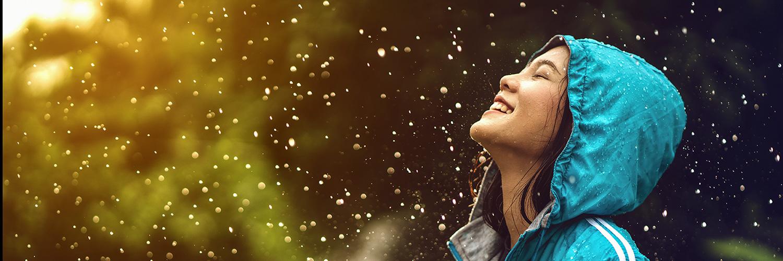 Femme souriante sous la pluie