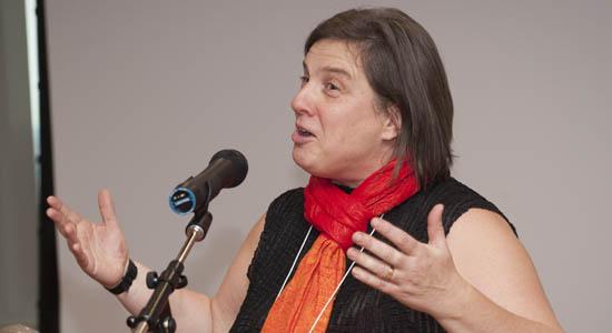 Vicky Barham, directrice du Département de science économique, souhaite à tous et à toute la bienvenue à la célébration du 55e anniversaire de l'unité.