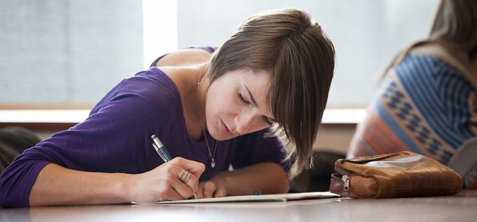 Étudiante quji prend des notes