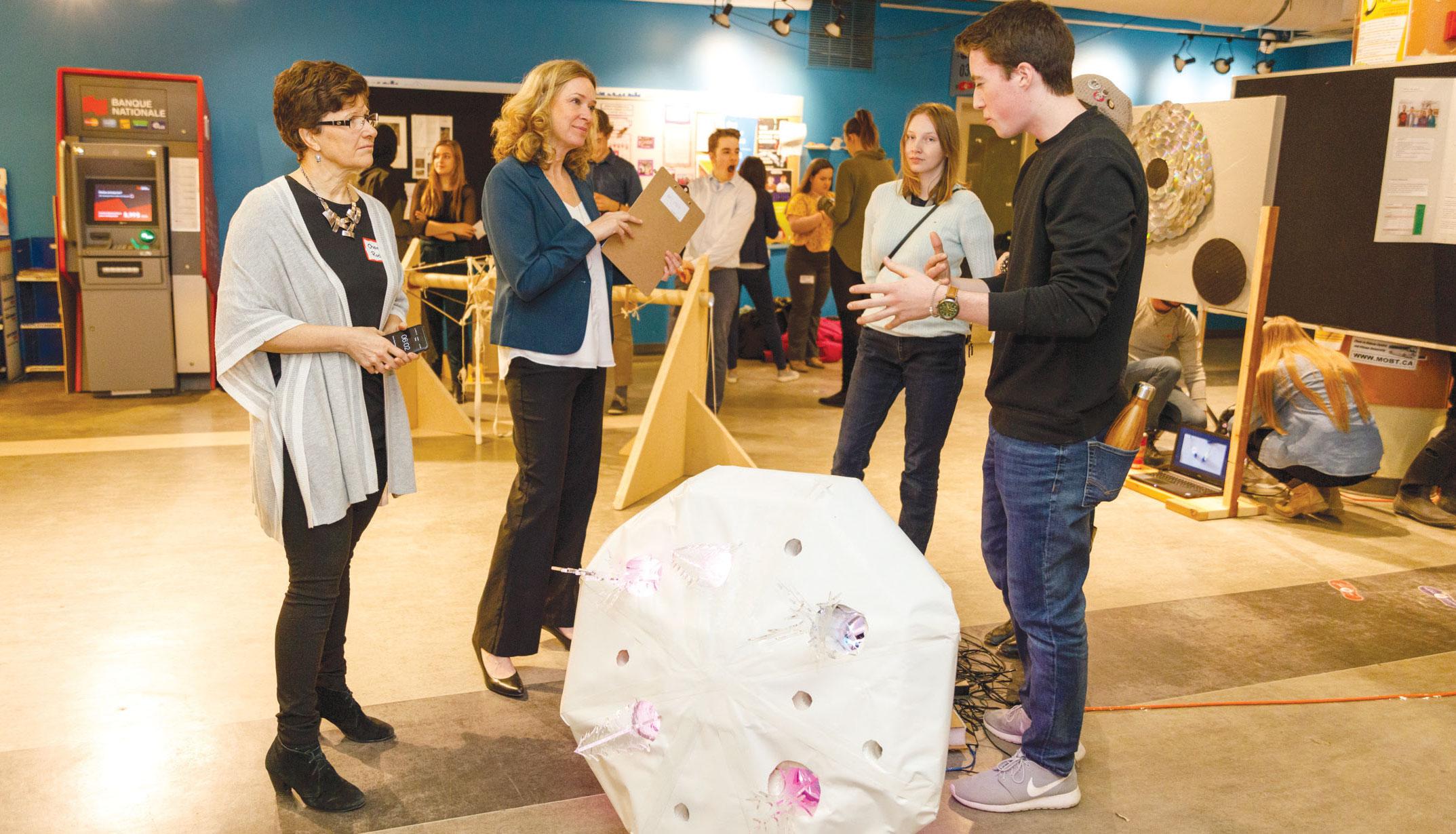Étudiants présentent leur projet durant le salon de l'innovation